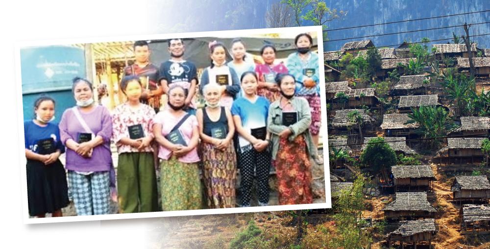 メーラ難民キャンプ火災の被災者に配られた聖書